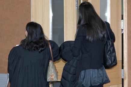 À droite, la femme qui a poursuivi son... (Photo Alain Roberge, La Presse)