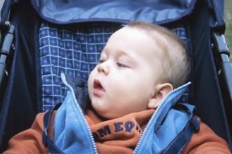 il est dangereux de faire dormir un nourrisson en position assise sant. Black Bedroom Furniture Sets. Home Design Ideas