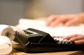 Descontribuablesont ressorti leur calculatrice afin d'évaluer leurs options,... (Photo: La Presse)