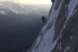 chute mortelle d 39 un guide fran ais dans les alpes suisses europe. Black Bedroom Furniture Sets. Home Design Ideas