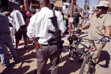 Un manifestant portait un pistolet à la ceinture... (Photo AP)