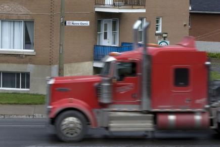 Des centaines de camions risquent de s'ajouter quotidiennement à la circulation... (Photo: Robert Skinner, La Presse)