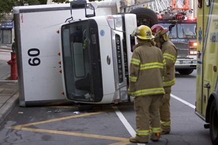 Un camion renvers au centre ville martin croteau for Meuble croteau en ligne