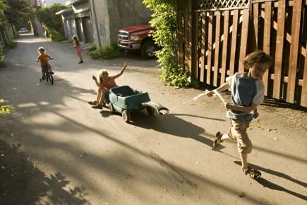 Des enfants jouent dans la ruelle de la... (Photo: David Boily, La Presse)