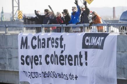 La bannière suspendue au-dessus de l'A-15 en pleine... (Photo Ivanoh Demers, La Presse)