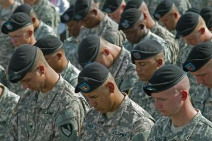 Des soldats postés à Fort Hood commémorent les... (Photo: AFP)
