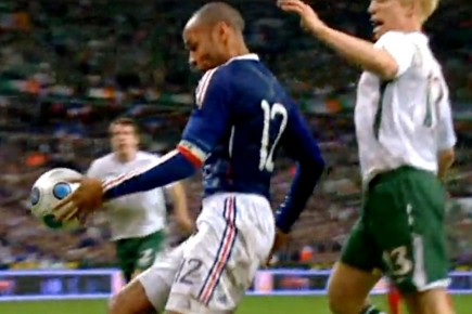 http://images.lpcdn.ca/435x290/200911/19/125355-thierry-henry-controle-ballon-main.jpg