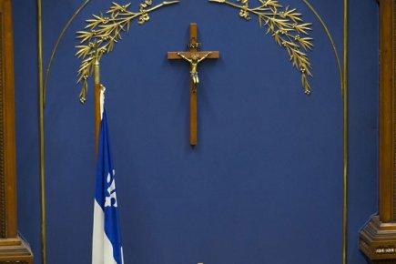 Le Maire de Saguenay perd son combat pour réciter la prière au Conseil 152473-crucifix-trone-toujours-assemblee-nationale