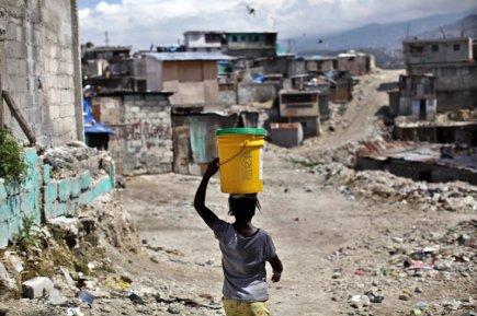Peu après le séisme de janvier dernier, des... (Photo AFP)