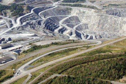 Un regroupement qui milite pour l'extraction de l'amiante demande au Collège... (Photo La Presse Canadienne)