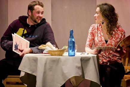 La pièce met en scène les soupers «croisés»... (Photo: François Godard)