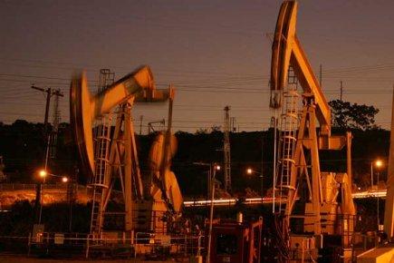 Les prix du pétrole ont nettement augmenté à New York vendredi, à la veille de... (Photo AFP)
