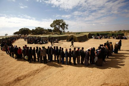 273604-travailleurs-fuit-libye-installes-camp