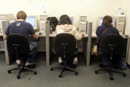 Les nouvelles inscriptions au chômage ont fortement baissé aux États-Unis dans... (Photo Associated Press)