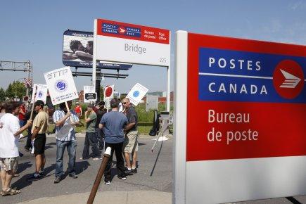 6200 employ s de postes canada en gr ve montr al anabelle nicoud canada - Bureau de poste montreal ...