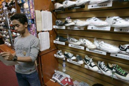 Une boutique de souliers à Jakarta, en Indonésie.... (Photo AP)