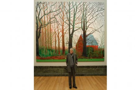 L'artiste David Hockney pose devant son tableau