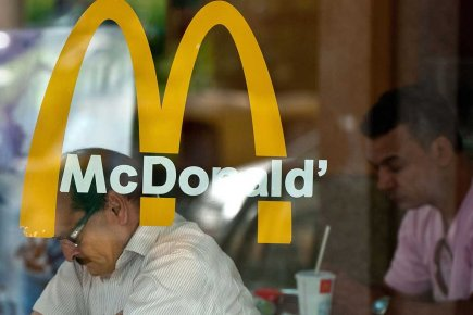Le mastodonte mondial de la restauration rapide McDonald's (MCD)... (Photo AFP)
