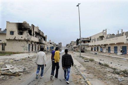 Des bâtiments calcinés, des murs troués, des rues... (Photo: AFP)