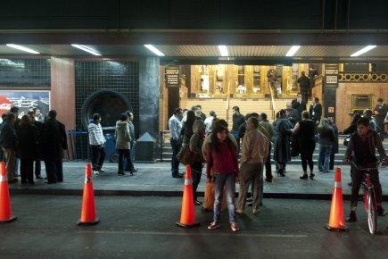 Les gens ont spontanément quitté les édifices à... (Photo: YURI CORTEZ, AFP)