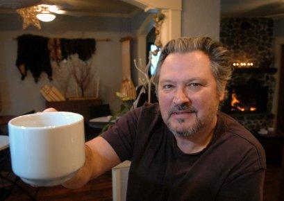 L'ébéniste Luc Laramée vient d'ouvrir une boutique café... (Photo: François Gervais)