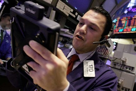 Vers midi, le Dow Jones Industrial Average progressait... (Photo AP)