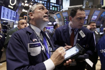 Vers midi, le Dow Jones Industrial Average gagnait... (AP)