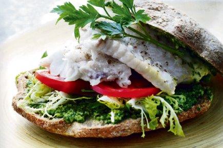 Repas sur le pouce dans un fast food ou une saladerie chic, sandwich du...