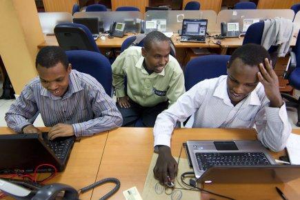Cinq employés, cinq ordinateurs, et une poignée de téléphones cellulaires... (Photo Robert Skinner, La Presse)