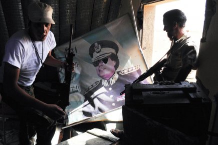 http://images.lpcdn.ca/435x290/201201/23/462708-fideles-kadhafi-train-attaquer-base.jpg