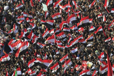 Des milliers d'Égyptiens brandissent leur drapeau sur la... (Photo AFP)