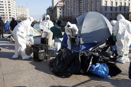 Dimanche matin, la police avait continué à nettoyer... (Photo: Reuters)