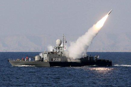 Un navire iranien tire un missile Mehrab, lors... (Photo: Ebrahim Noroozi, Archives AFP)