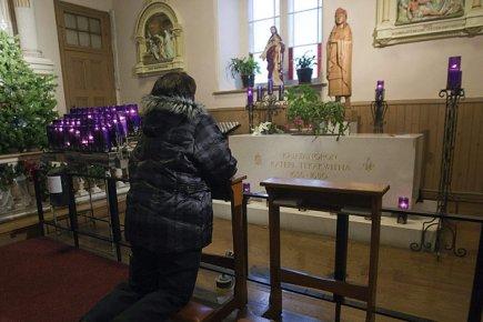 Une femme se recueille sur la tombe de... (Photo: archives PC)