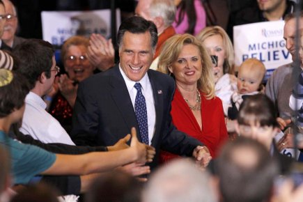 Accompagné de sa femme Ann, Mitt Romney salue... (Photo: Mark Blinch, Reuters)