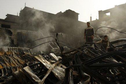 Des Palestiniens se promènent parmi les décombres de... (Photo: Reuters)