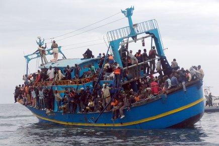 Des migrants venus de Libye attendent la venue... (Photo: Archives AFP)