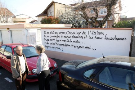 Un graffiti, inscrit sur le muret devant une... (Photo: Laurent Dard, AFP)