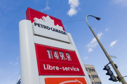 À plusieurs endroits de Montréal, vendredi, le litre... (Photo : Edouard Plante-Fréchette, La Presse)