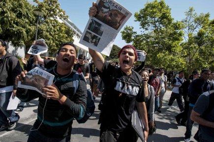 Mardi, la police a aspergé de gaz poivre... (Photo : Bret Hartman, Reuters)