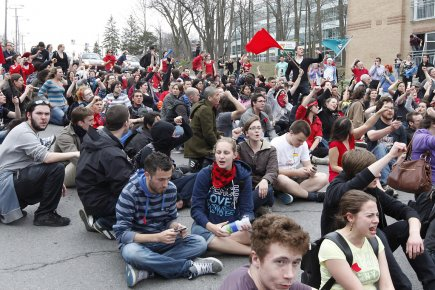 Des étudiants protestaient le 16 avril dernier à... (Photo: archives PC)