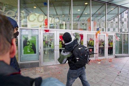 Des vandales ont endommagé des vitres du Palais... (Photo: Alain Roberge, La Presse)