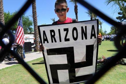 Un jeune activiste brandit une pancarte qui sans... (Photo: Mark Ralston, Archives AFP)