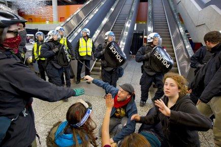 La présence des manifestants a poussé les policiers... (Photo Alain Roberge, La Presse)