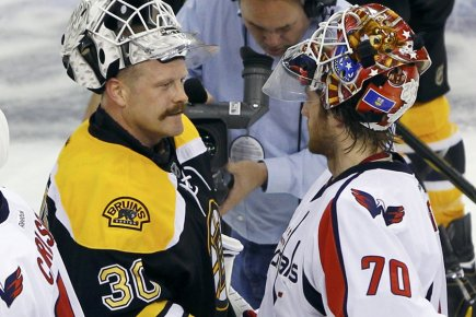 Le gardien Tim Thomas, des Bruins de Boston,... (Photo: Reuters)