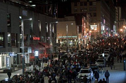 La manifestation étudiante de samedi soir réunit quelques... (Photo: Alain Décarie, collaboration spéciale)