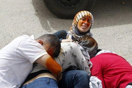 Des manifestants palestiniens ont été aspergés de poivre... (Photo: Reuters)
