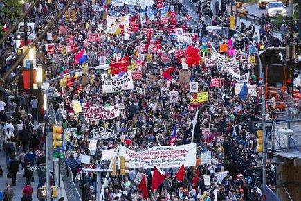 Des milliers de manifestants ont déambulé mardi sur... (Photo: Reuters)