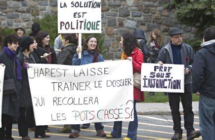 Des manifestants sont toujours devant le collège Maisonneuve.... (Photo Patrick Sanfaçon, La Presse)