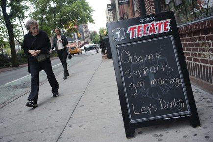 Une tableau du Stonewall Inn indique : «Obama... (Photo: Reuters)
